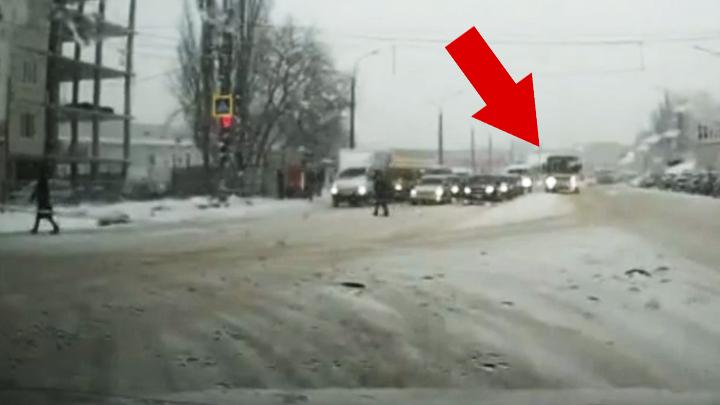 В Воронеже оштрафовали проехавшего на красный свет водителя автобуса