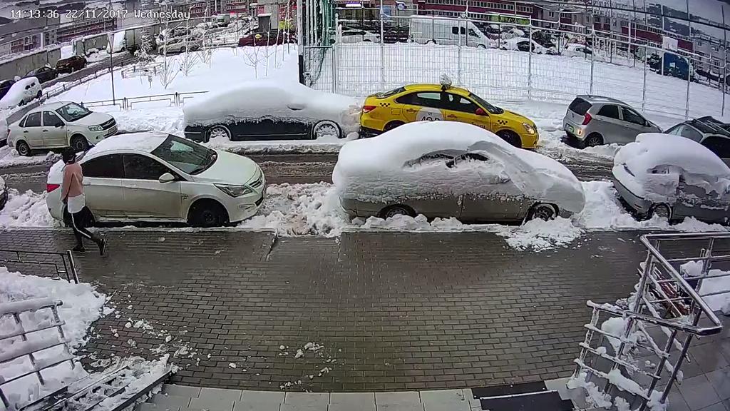 В Воронеже водитель такси врезался в припаркованное авто: видео появилось в сети