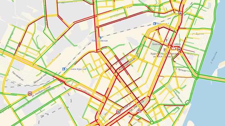 В центре Воронежа из-за неисправного светофора с японской системой парализовало движение