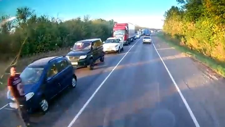 В сети появилось видео огромной пробки из-за ремонта дороги под Воронежем