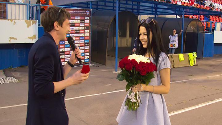 В Воронеже болельщик «Факела» обручился с любимой девушкой в перерыве матча