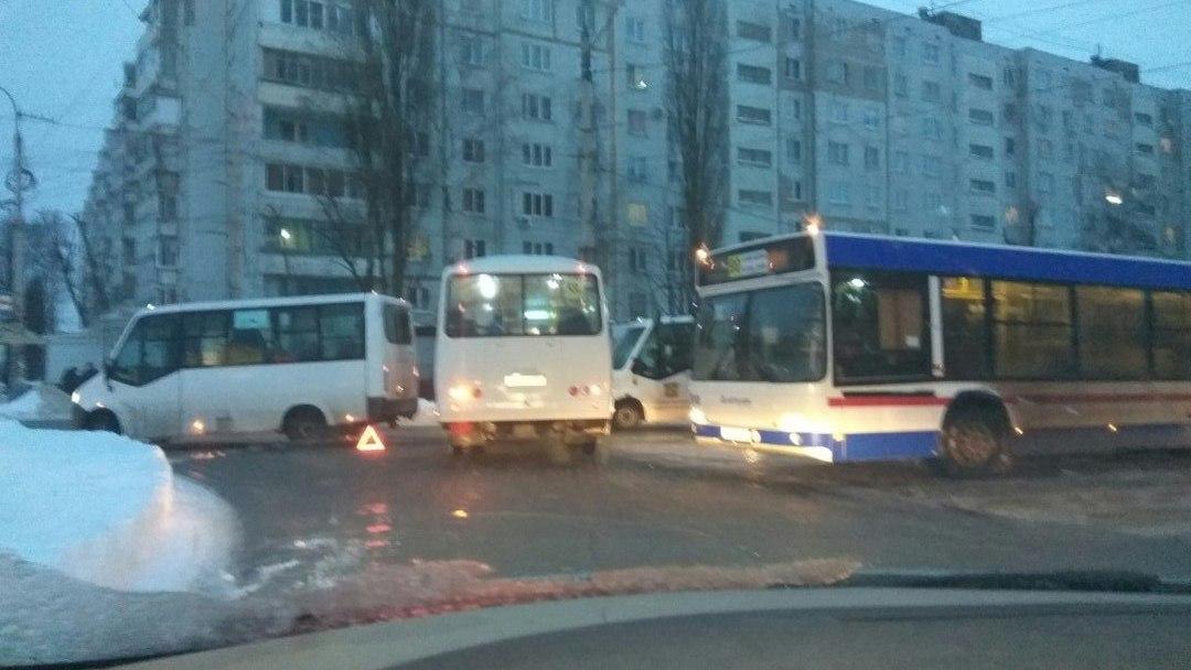 Авария с маршрутками спровоцировала 1,5-километровую пробку в Воронеже