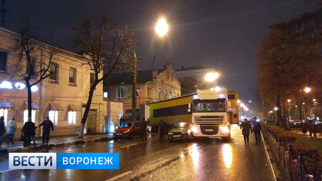 Из-за перегородившей дорогу фуры пять центральных улиц Воронежа встали в пробках