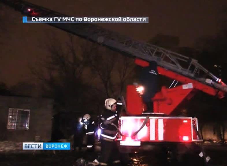 В Воронеже ночью 7 пожарных расчётов тушили склад