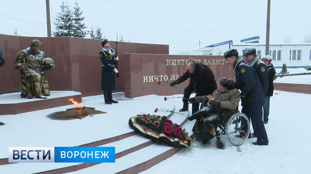 Курсанты и ветераны ФСИН возложили цветы к мемориалу защитникам Воронежа