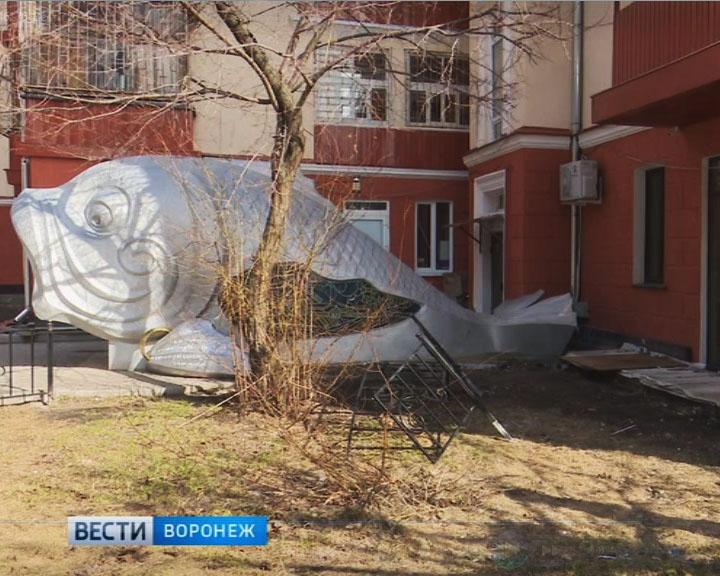 Рыба на Карла Маркса, возможно, нарушила несущую конструкцию дома-гармошки