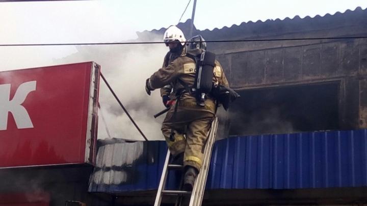 Воронежские спасатели назвали причину пожара в ангаре на улице Дорожной