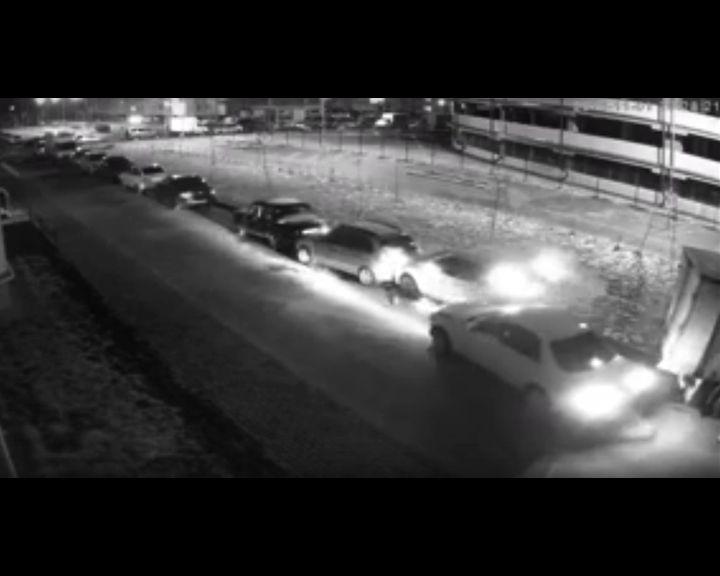 ВИДЕО и ФОТО: На Шишкова пьяный автомобилист на легковушке протаранил около 17 припаркованных машин