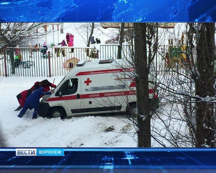 90-летний мужчина в Воронеже едва не лишился жизни из-за неубранного снега во дворе