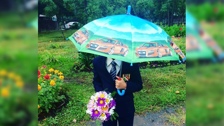 Натянули улыбки, раскрыли зонты. Как воронежцы встретили новый учебный год под дождём