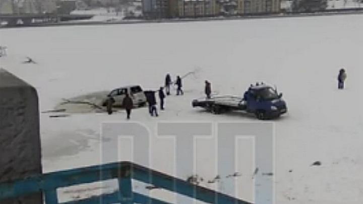Спасение «утонувшей» в Воронежском водохранилище иномарки попало на видео