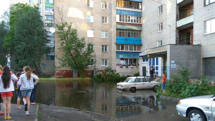 В Воронеже из-за коммунальной аварии затопило двор многоэтажки