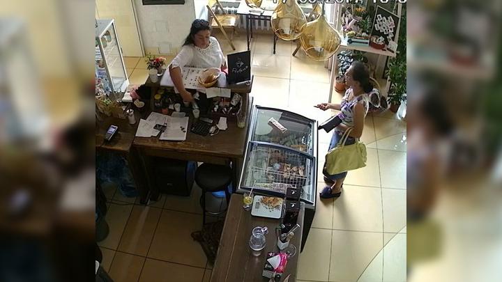 В центре Воронежа ограбили кофейню: горожан попросили опознать воровок