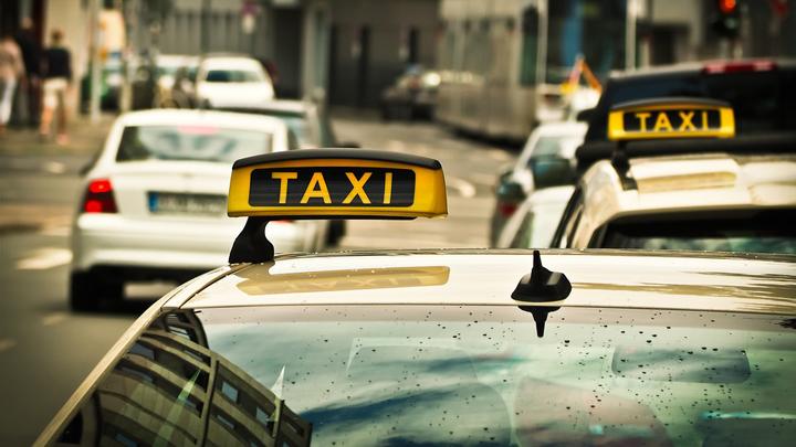 Под Воронежем пассажиры такси с ножом напали на девушку-водителя