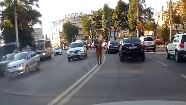 В центре Воронежа мужчина с дочкой на руках разгуливал посередине проезжей части