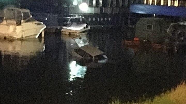 Фото: в Воронеже припаркованный автомобиль скатился в водохранилище и утонул