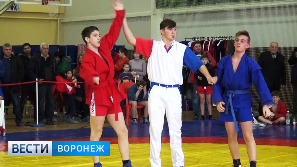 На турнире по самбо в Таловой героем дня стал спортсмен с травмой руки