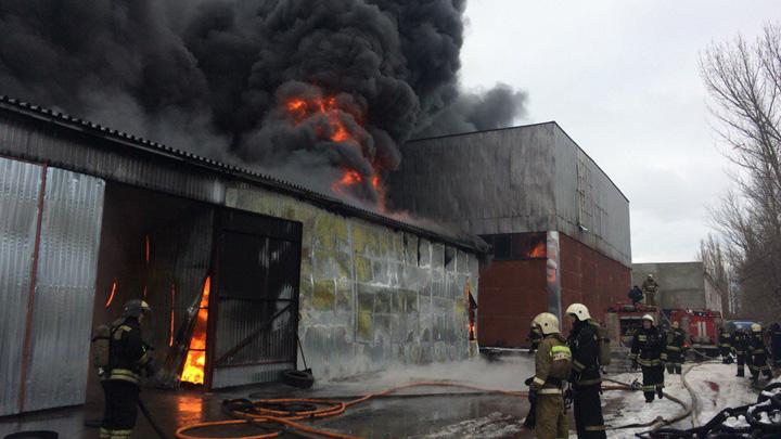 В Советском районе Воронежа загорелся склад с резиной