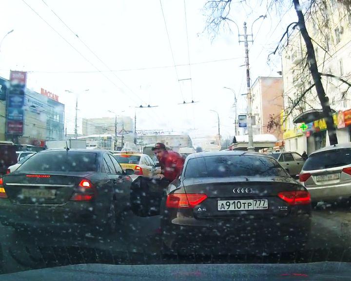 Автохам из столицы в перепалке на дороге обозвал воронежца «нищебродом»