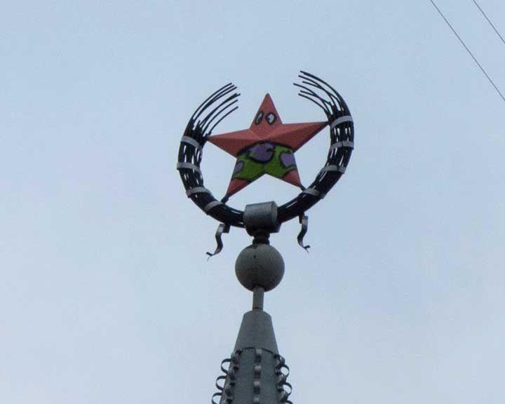 ФОТО: Вандалы разрисовали звезду на шпиле дома в центре Воронежа под героя известного мультфильма