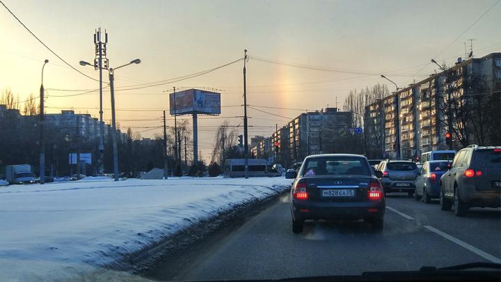 Необычайные световые столбы сфотографировали внебе над Воронежем