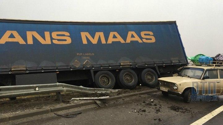 На воронежской трассе в ДТП с фурой и «КамАЗом» погиб пассажир легковушки