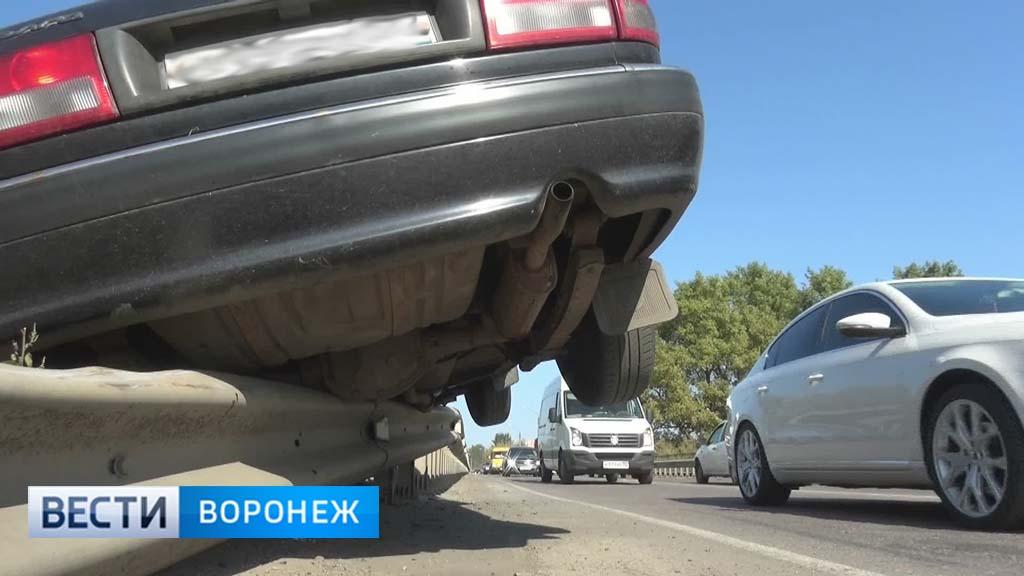 В Воронежской области автомобиль повис на перилах моста через реку Подгорная