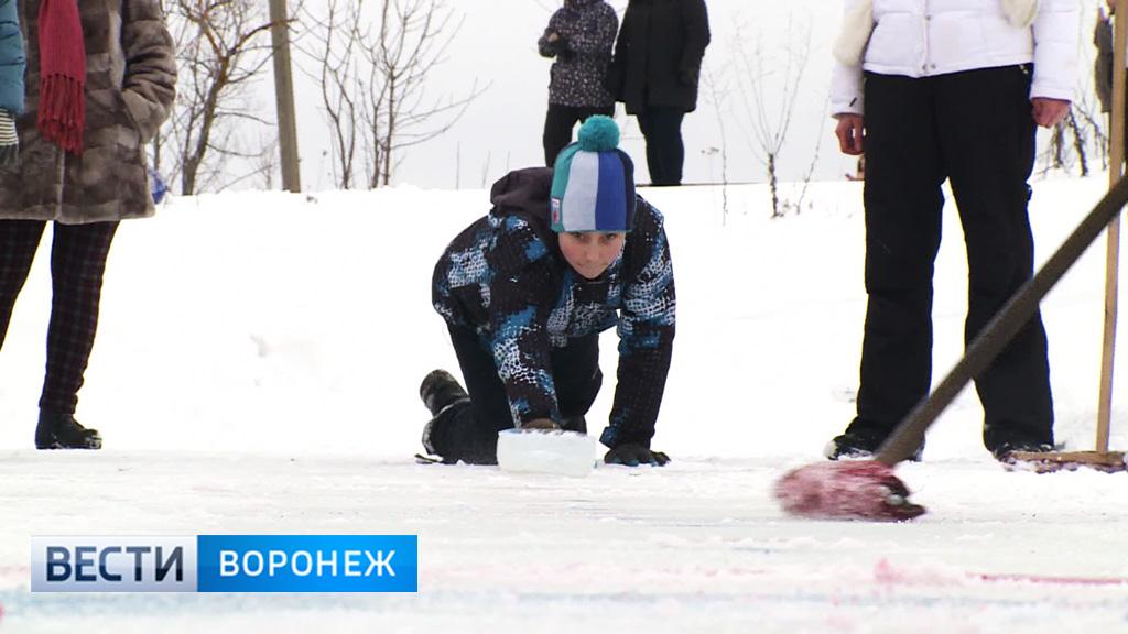В Воронеже Масленицу отметили игрой в кёрлинг, покорением столба и блинами