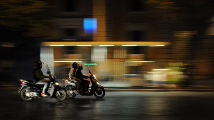 В Воронеже байкер проехал по упавшей с мотоцикла девушке: разыскиваются очевидцы