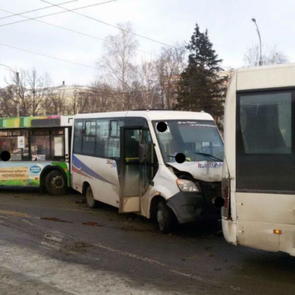 В Воронеже в ДТП с тремя маршрутками пострадали 4 женщины
