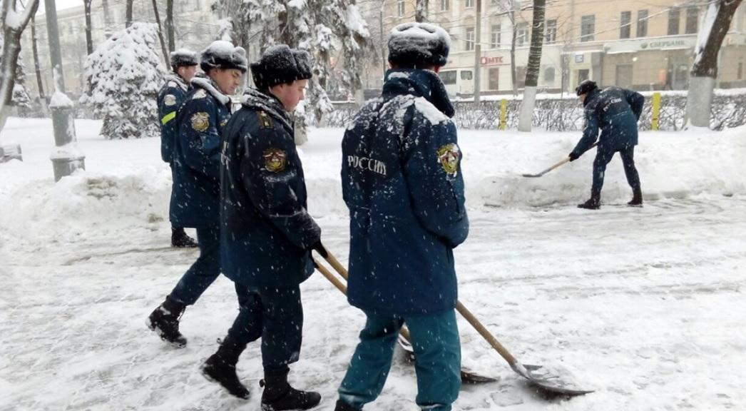 Воронежским коммунальщикам расчищать снежные завалы помогали курсанты