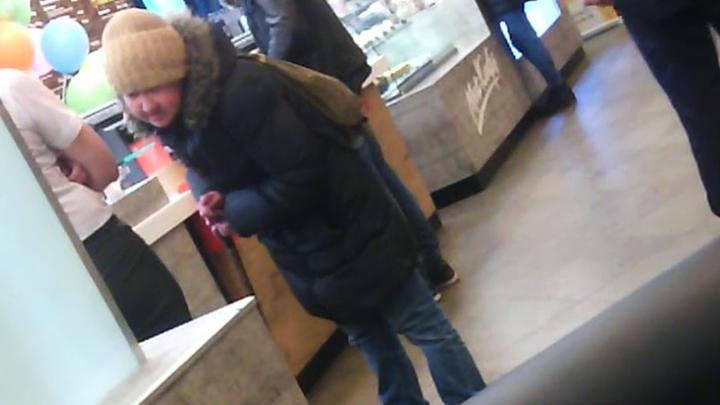 В Воронеже старушку хотели выгнать из Макдональдса, но её защитил и накормил случайный свидетель