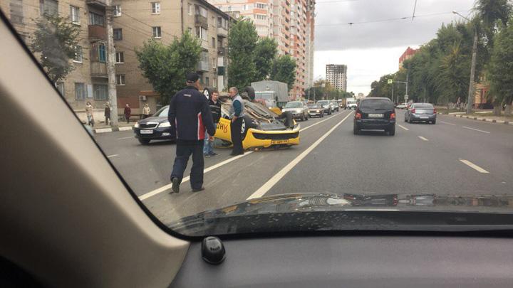 Автомобиль такси перевернулся на крышу в Воронеже