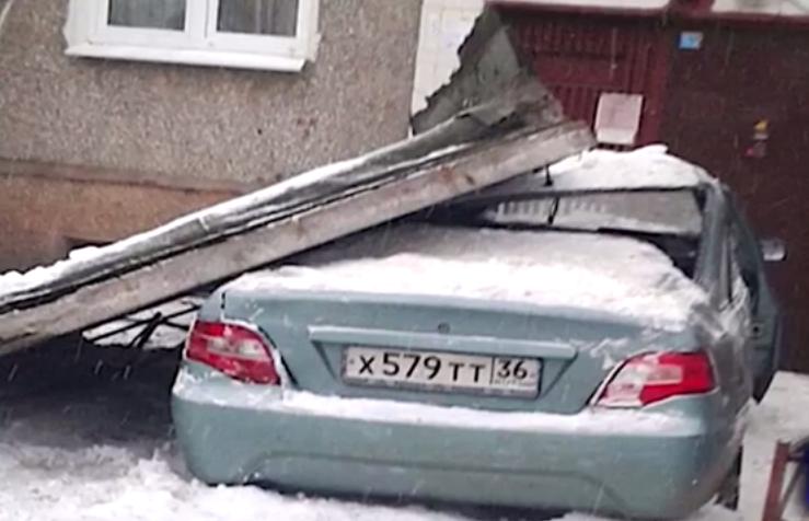 В Воронеже машина протаранила подъезд, из-за чего на неё упал козырёк