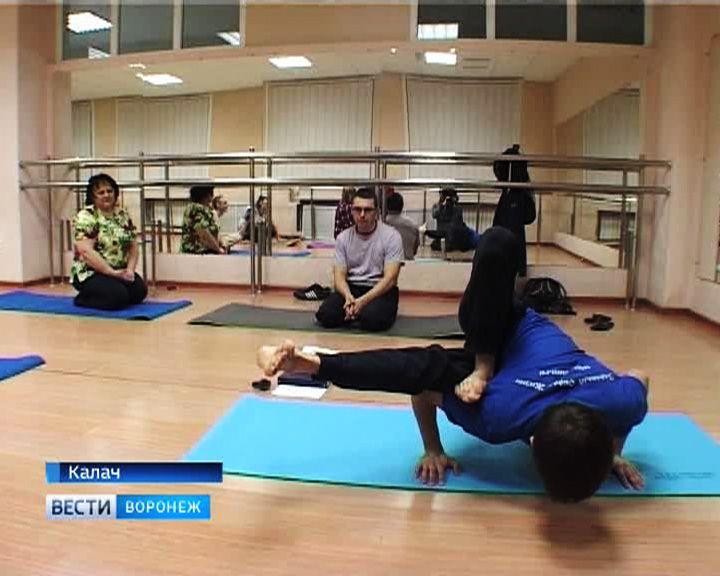 Жители Воронежской области коллективно осваивают хатха-йогу