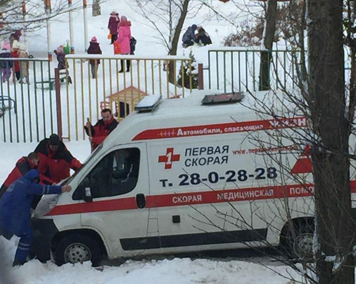 В Воронеже скорая помощь не смогла проехать к пациенту по неочищенному от снега двору