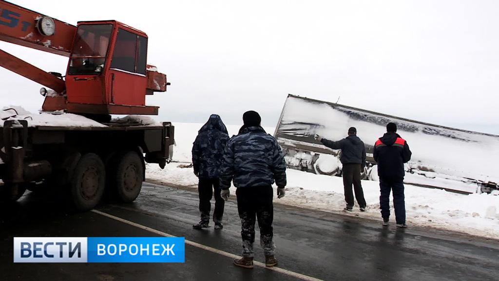 На Тамбовской трассе в Воронежской области вытянули из кювета фуру