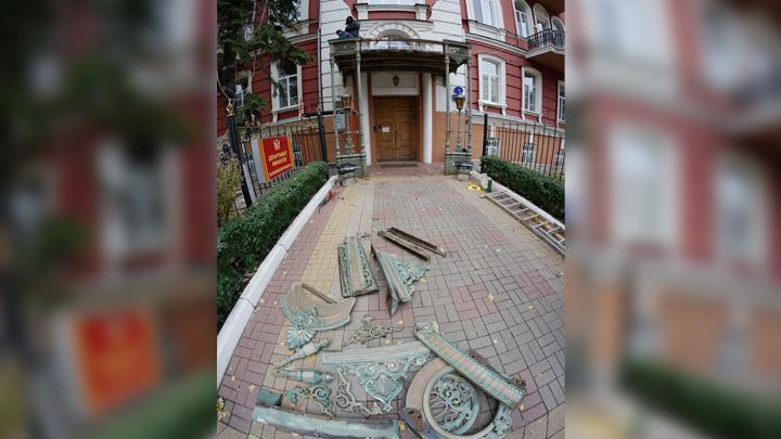 Рабочие срезали уникальный для Воронежа кружевной навес на доме начала XX века