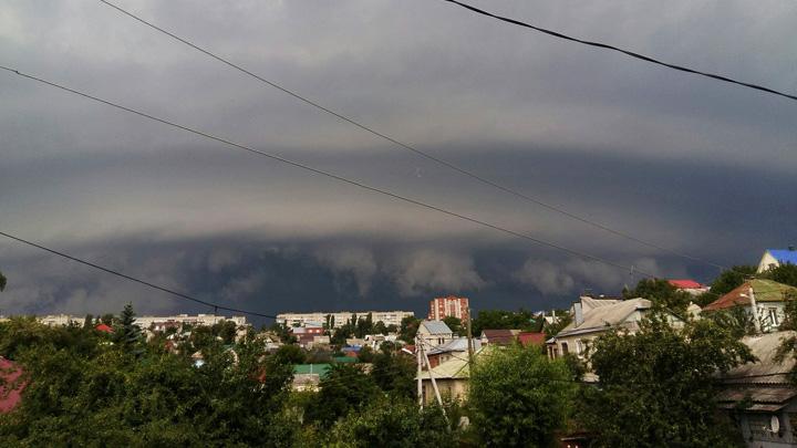 «Конец света заказывали?» Воронежцы поделились фотографиями грозы в соцсетях