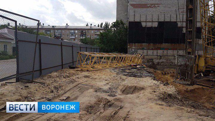 В Воронеже на стройке рухнул подъёмный кран