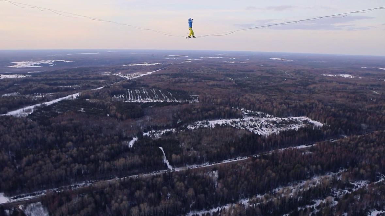 Воронежский экстремал опубликовал видео прогулки по стропе на 300-метровой высоте