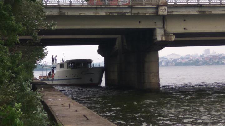 Под Северным мостом в Воронеже застрял корабль с пьяной компанией