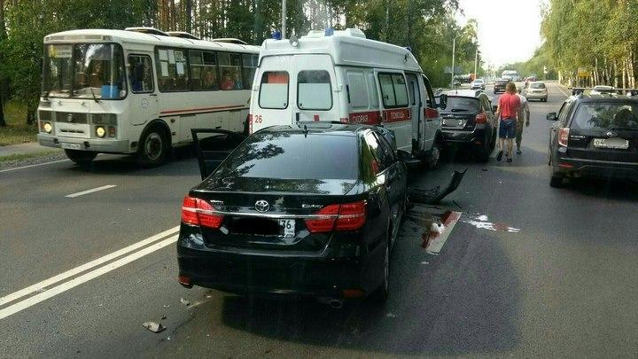 В ДТП «скорой» с 3 иномарками в Воронеже пострадали фельдшер и водитель Toyota Camry