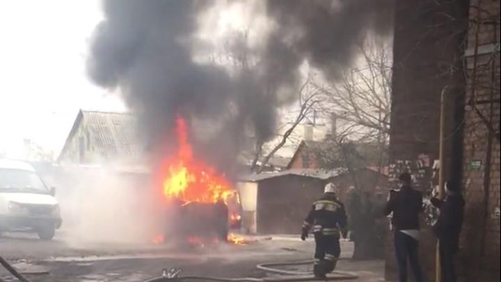 В Воронеже сгорела иномарка: видео появилось в сети