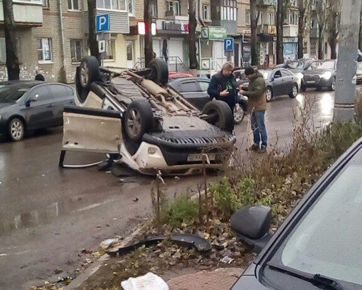 ФОТО: В Воронеже Тойота врезалась в припаркованный автомобиль и перевернулась
