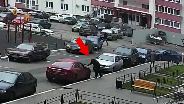 Воронежец ищет злоумышленников, изрубивших топором капот его авто