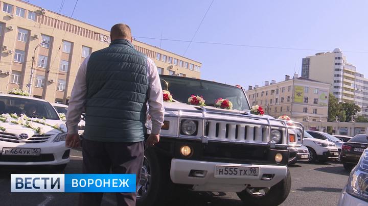 В Воронеже у ЗАГСа более 2 месяцев «парковщик» незаконно берёт деньги с водителей