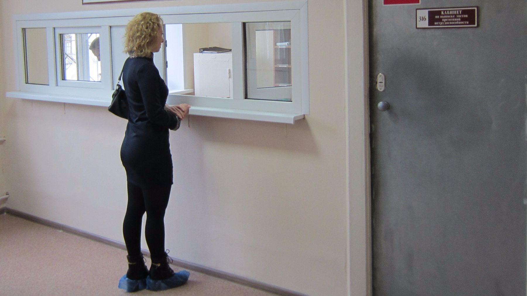 Отремонтированный после фото воронежца на коленях кабинет поликлиники возобновил работу