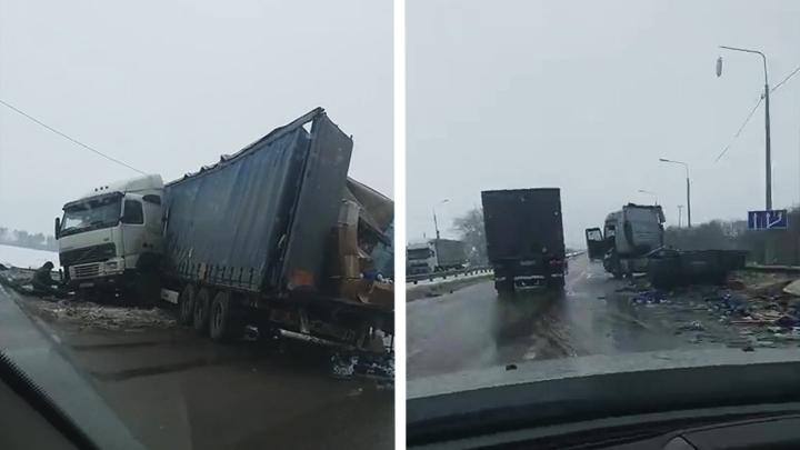 На видео попали последствия ДТП, спровоцировавшего огромную пробку на трассе под Воронежем
