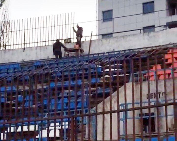 Фанатов «Факела» на собственном стадионе посадили в клетку